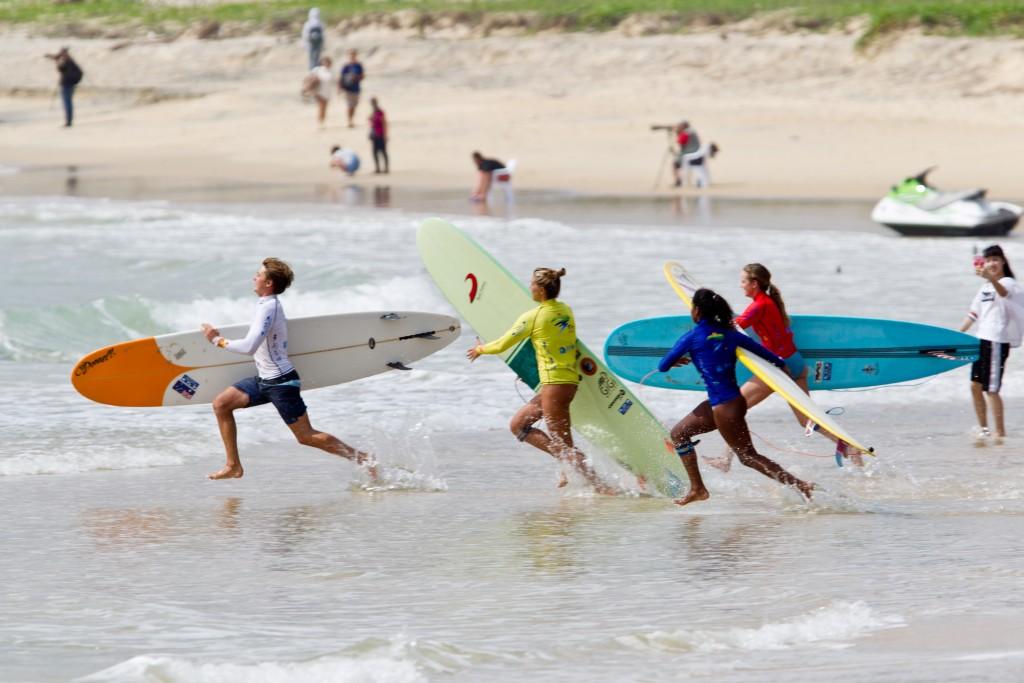 Intenso arranque en la carrera de relevos de la ISA Aloha Cup en Riyue Bay. Foto: ISA / Tim Hain