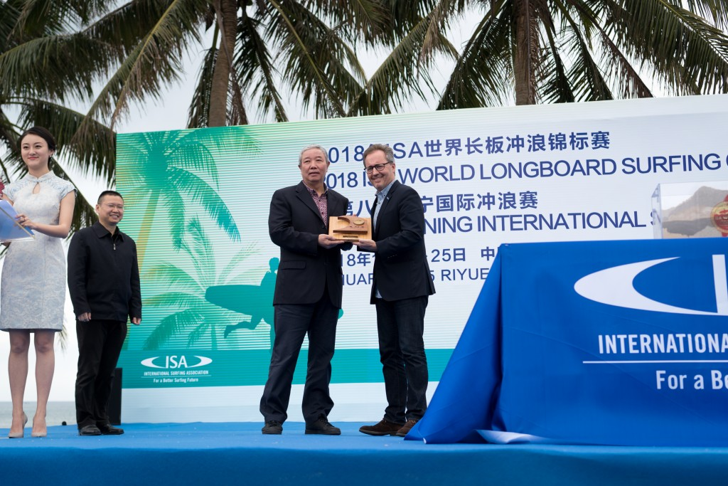 ISA Executive Director, Robert Fasulo, presents IOC Vice President, Yu Zaiqing, with a commemorative plaque to celebrate the 2018 edition of this World Championship in China. Photo: ISA / Sean Evans