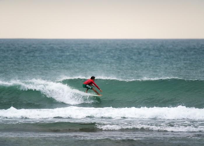 El peruano Lucas Garrido supo encontrar buenas olas durante el día inaugural de competición en Riyue Bay. Foto: ISA / Sean Evans