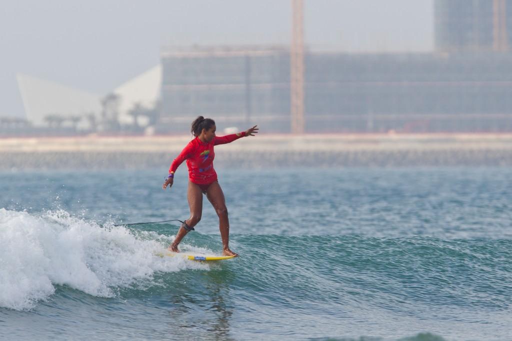Maria Fernanda Reyes (PER) en uno de las múltiples maniobras que hizo de esa ola la única puntuación de 9 en este segundo día de campeonato en Riyue Bay. Foto: ISA / Tim Hain