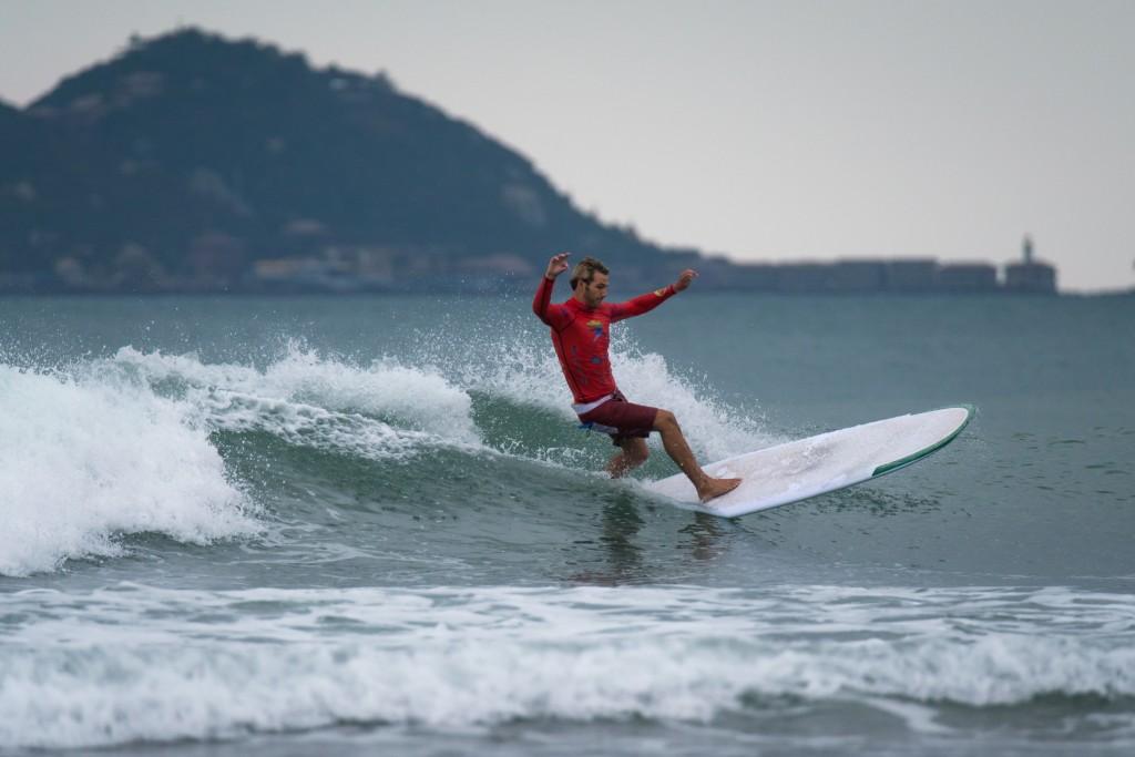 Kevin Skvarna (USA) fue uno de los surfistas destacados del día con excelentes puntuaciones que le llevaron a cerrar el día con la mejor puntuación total. Foto: ISA / Sean Evans