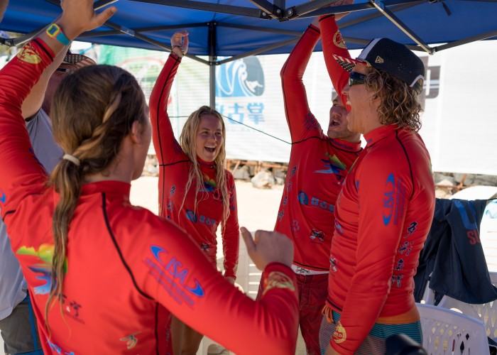 El equipo de EEUU celebra la Medalla de Oro en la ISA Aloha Cup. Foto: ISA / Sean Evans