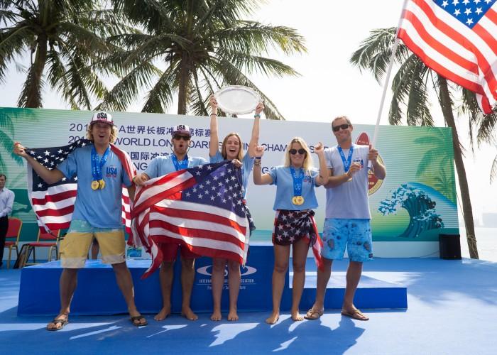 El Equipo de EEUU sostiene su bandera con orgullo tras ser coronado Medallista de Oro por equipos en el ISA World Longboard Surfing Championship 2018. Foto: Sean Evans
