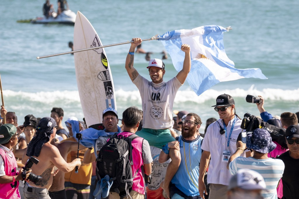 Santiago Muñiz celebrates a triumph for Argentinian Surfing, earning his second WSG Gold Medal. Photo: ISA / Ben Reed