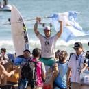 Santiago Muñiz celebra el triunfo para el Surfing argentino, ganando su segunda Medalla de Oro en un WSG. Foto: ISA / Sean Evans