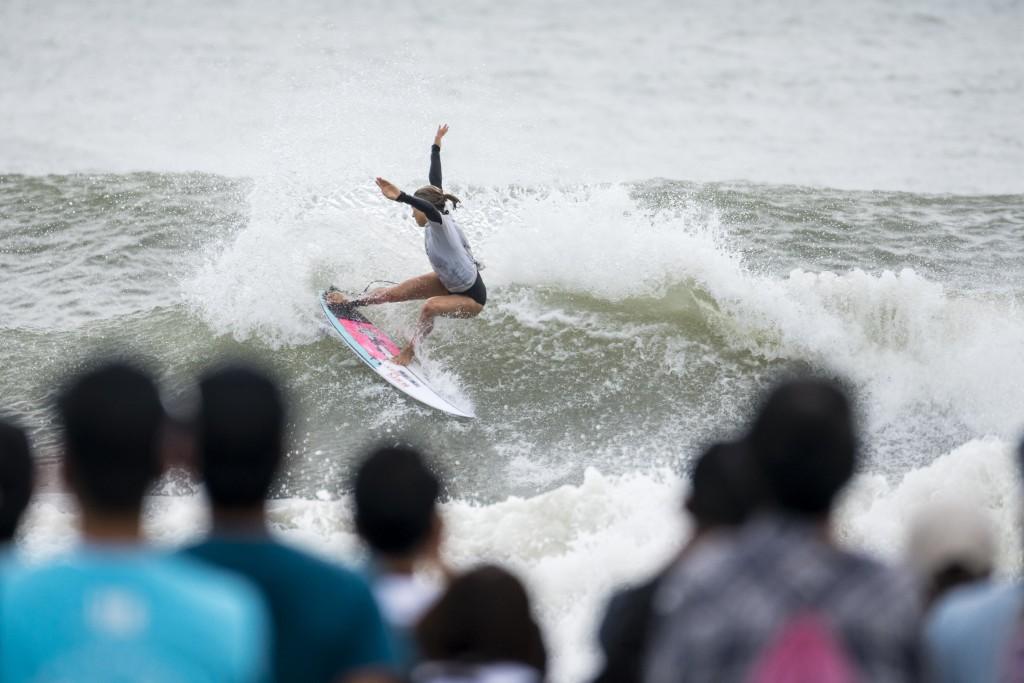 Con un surfing eléctrico y una excelente elección de olas, Sally Fitgibbons (AUS) sumó dos olas de 9,17 y 9,47 puntos, dominando la Final hacia la Medalla de Oro. Foto: ISA / Ben Reed