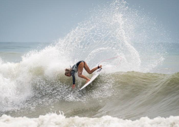 La argentina Lucia Indurain derrochando talento durante las sesiones previas a la competición en Long Beach, Tamara. Foto: ISA / Evans