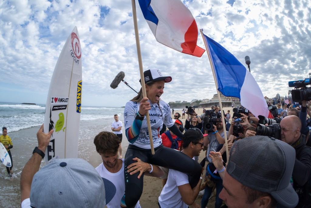 Pauline Ado regresará como defensora de la Medalla de Oro individual y por equipos. En la foto, Ado celebra su victoria ante el público local en Biarritz 2017. Foto: ISA / Sean Evans
