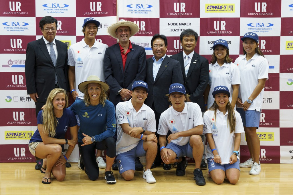 Top Row left to right: Deputy Governor of the Aichi Prefecture Shinya Kato, Kanoa Igarashi (JPN), ISA President Fernando Aguerre, Mayor of Tahara City Masahiro Yamashita, President of the Nippon Surfing Association Sakai Atsushi, Hinako Kurokawa (JPN), Minori Kawai (JPN). Bottom row left to right: Pauline Ado (FRA), Sally Fitzgibbons (AUS), Hiroto Ohara (JPN), Shun Murakami (JPN), Ren Hashimoto (JPN).