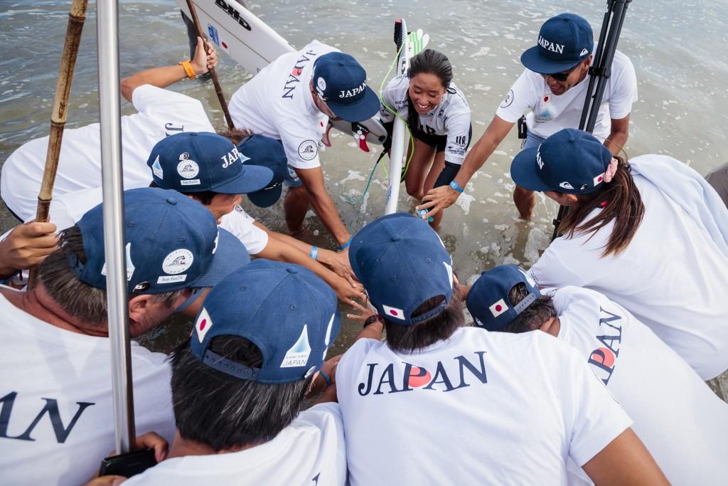 Ren Hashimoto celebra su victoria con su equipo. Foto: ISA / Ben Reed