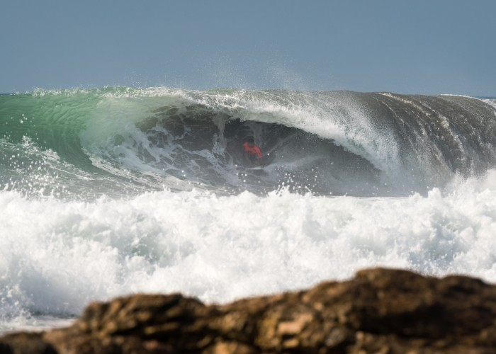 El portugués Pedro Henrique visualizando la salida en uno de los mejores tubos del día en Long Brach, Tahara, Japón. Foto: ISA / Sean Evans