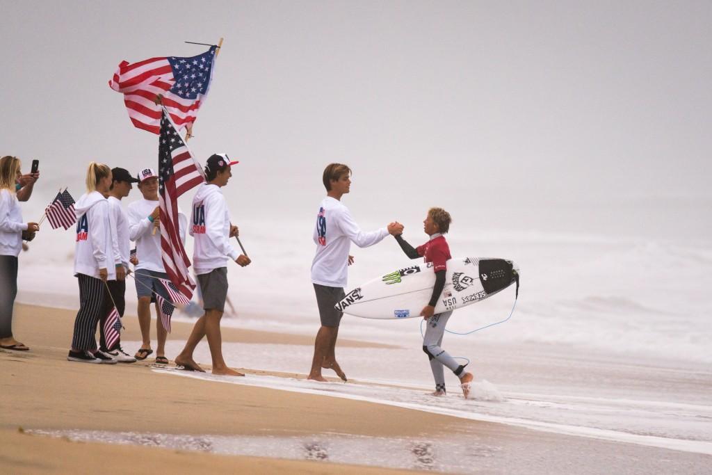 El equipo de EEUU recibiendo a Jett Schilling tras ganar su manga. Foto: ISA / Sean Evans