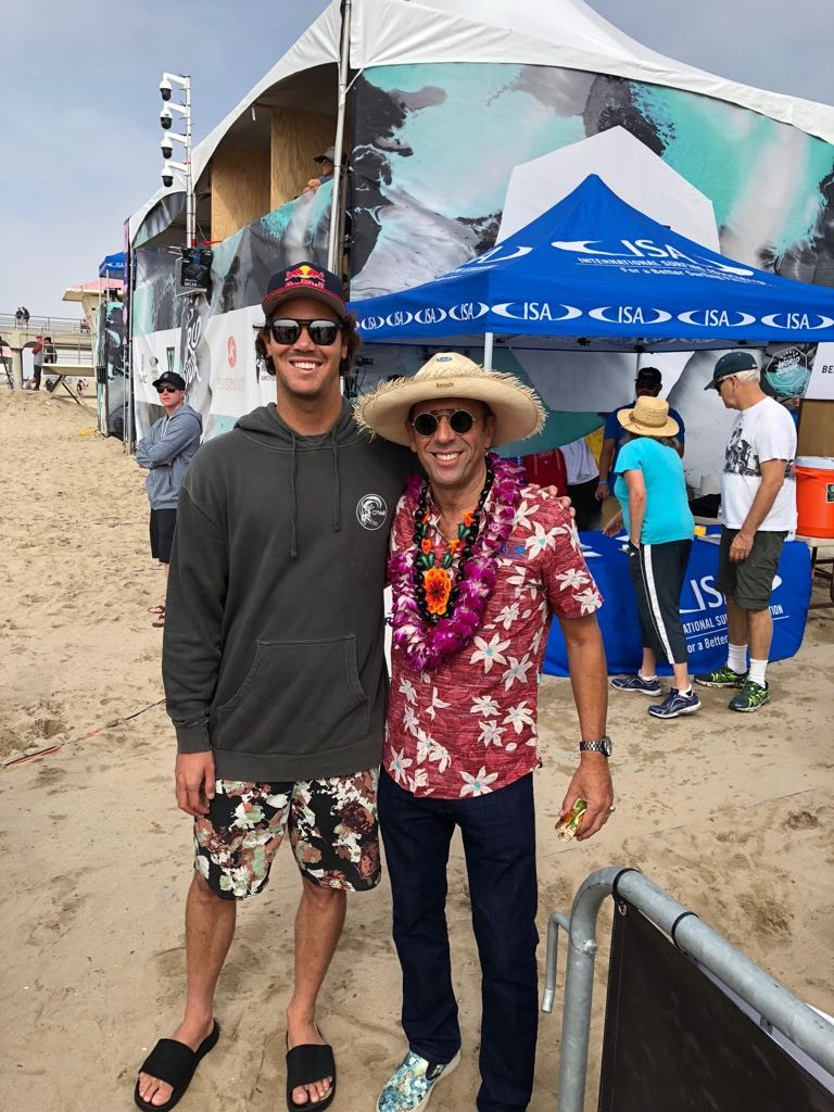 El campeón ISA Junior 2003 y surfista top WSL Jordy Smith (RSA) pasó de visita por el VISSLA ISA Juniors para mostrar su apoyo a las futuras generaciones del deporte. Foto con el Presidente de la ISA Fernando Aguerre. Foto: ISA