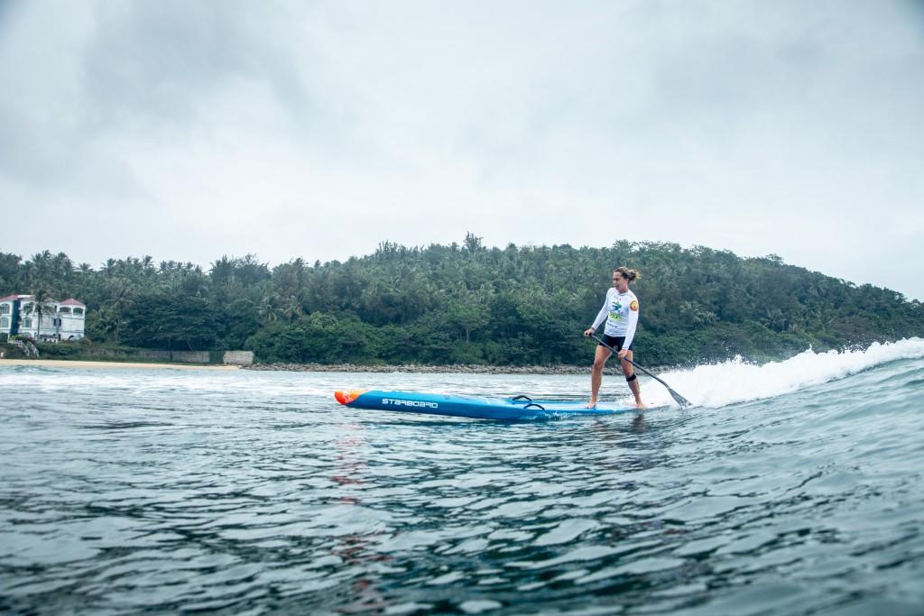 Shakira Westdorp de Australia acaba de ganar la Medalla de Oro de SUP Surfing. Aquí muestra su conocimiento de Riyue Bay para aprovechar las olas en la carrera. Foto: ISA / Pablo Jímenez