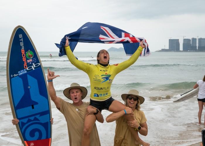 Shakira Westdorp desata sus emociones tras ganar su tercera Medalla de Oro consecutiva para el equipo de Australia. Foto: ISA / Sean Evans