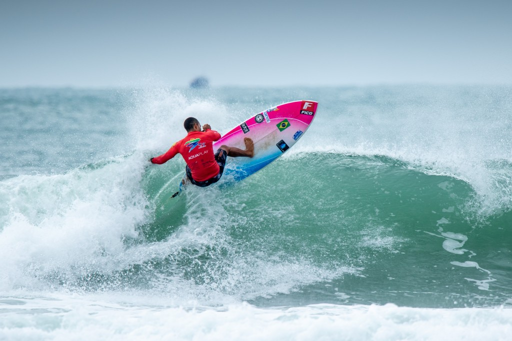 Luiz Diniz on his way to earning the highest heat total of the event. Photo: ISA / Pablo Jimenez