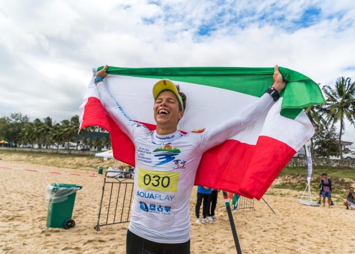 El húngaro Daniel Hasulyo rompe a llorar de emoción tras ganar su primera Medalla de Oro ISA. Foto: ISA / Sean Evans