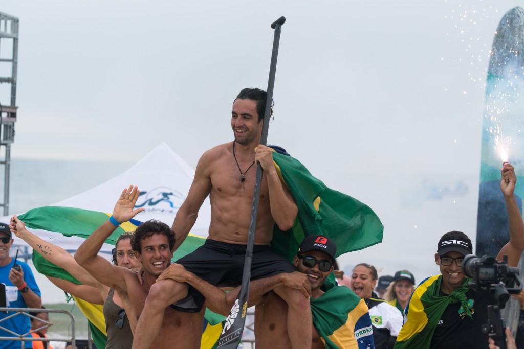 La camaradería del equipo brasileño se ha hecho notar durante toda la semana. El Medallista de Oro SUP Surfing Luis Diniz cargando al Medallista de Oro SUP Sprint Arthur Santacreu. Foto: ISA / Sean Evans