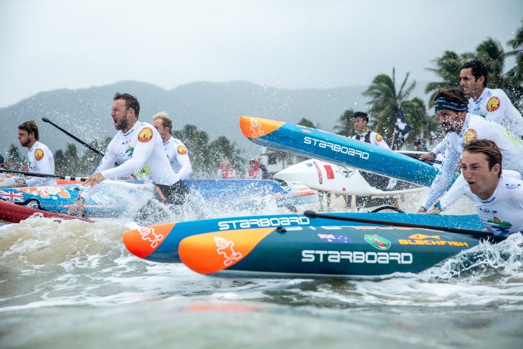 Los hombres de la Carrera Técnica buscando ganar ventaja al entrar al agua. Foto: ISA / Pablo Jímenez