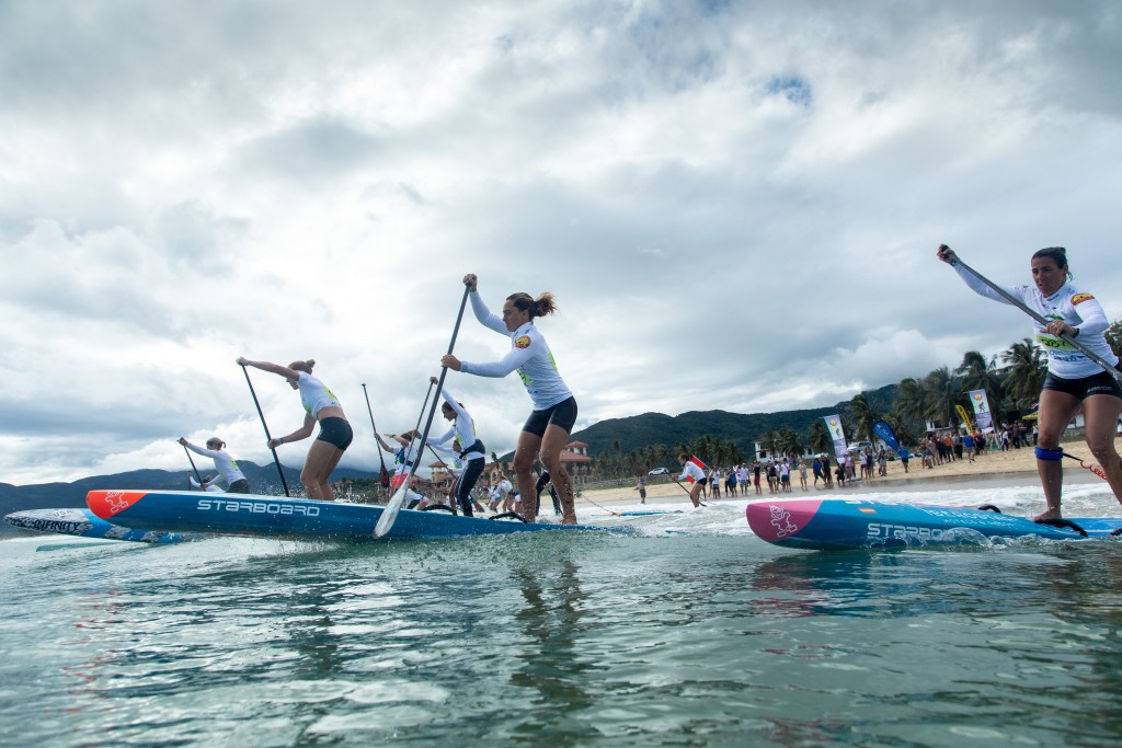 The Women's SUP Technical Race Final dashes into the course. Photo: ISA / Pablo Jímenez