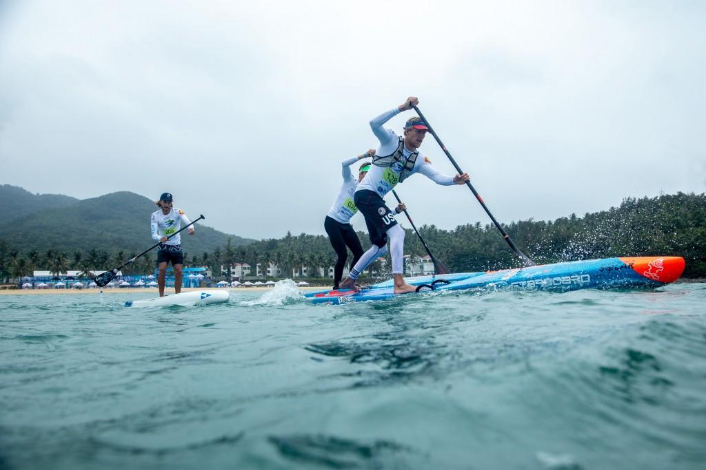 Connor Baxter (USA) en camino a ganar la primera semifinal de los hombres. Foto: ISA / Pablo Jímenez