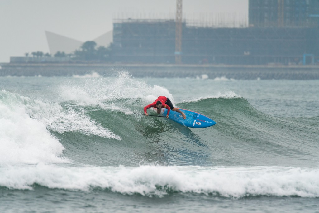 Sean Poynter looking strong in his bid to earn his third SUP Surfing Gold Medal. Photo: ISA / Sean Evans