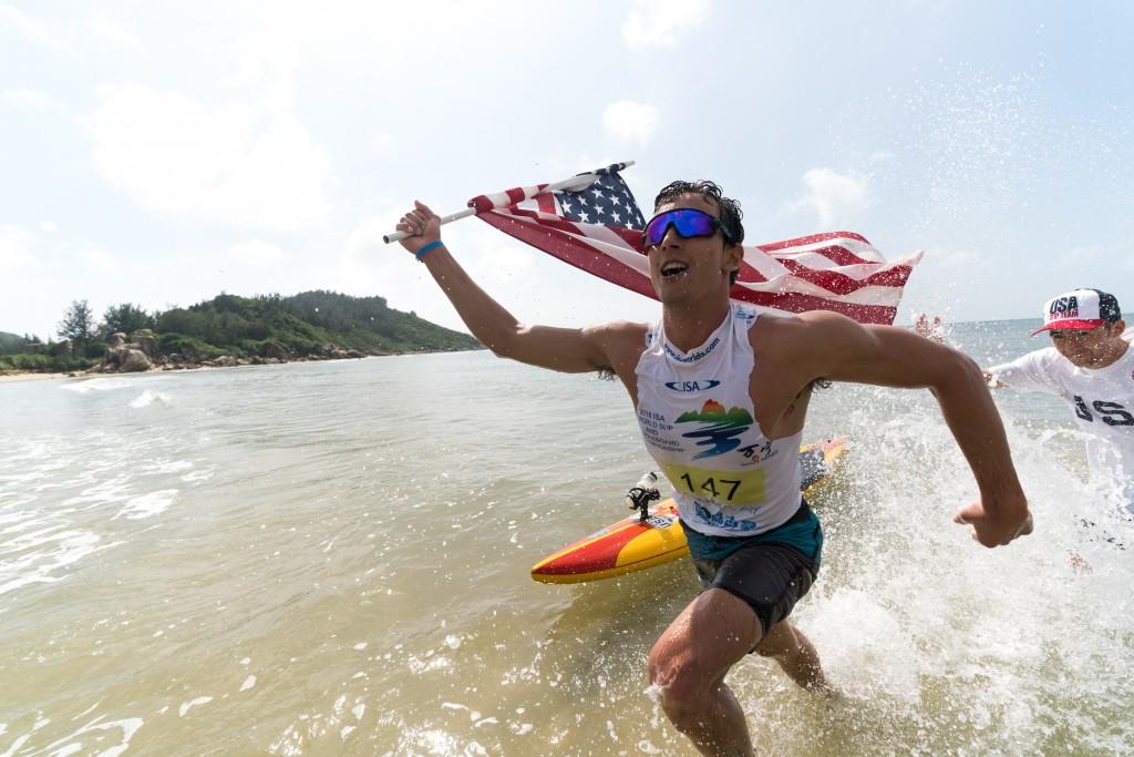El americano Hunter Pflueger ondea su bandera con orgullo hacia su Medalla de Oro. Foto: ISA / Sean Evans