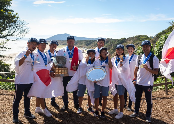 El equipo de Japón celebrando sus Medallas de Oro tras lograr el título de Equipo ganador del World Surfing Games 2018 en Tahara, Japón. Foto: ISA / Sean Evans