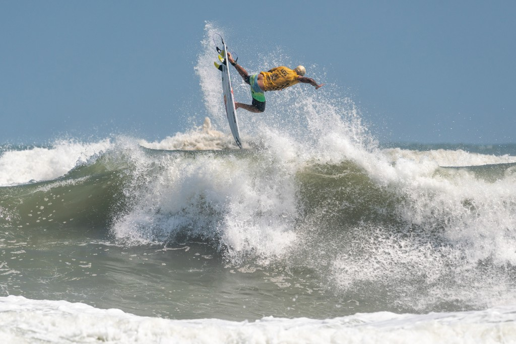 Ferreira parece desafiar la gravedad con su rotación aérea para ganar el primer puntaje de 10 puntos del evento. Foto: ISA / Sean Evans