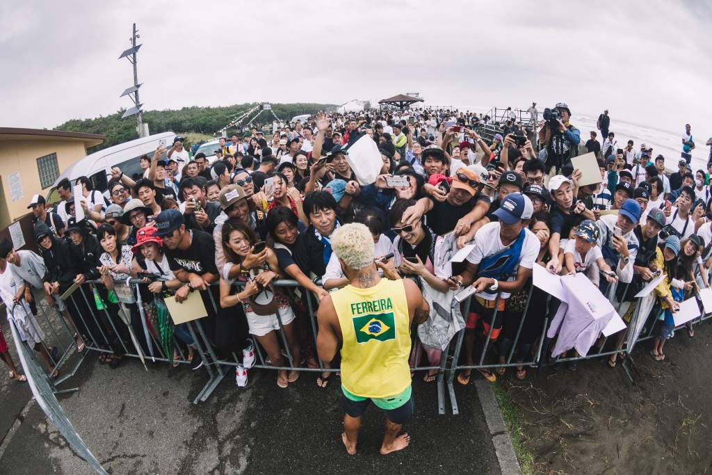 Ferocious wind and intermittent rain squalls didn't stop the Japanese fans from coming down to Kisakihama Beach to see their favorite surfers compete. Photo: ISA / Sean Evans
