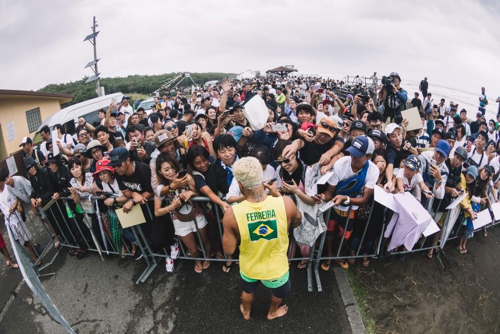 Los fuertes vientos y la lluvia no impidieron que los aficionados japoneses vinieran a apoyar a sus surfistas favoritos en Kisakihama Beach. Foto: ISA / Sean Evans