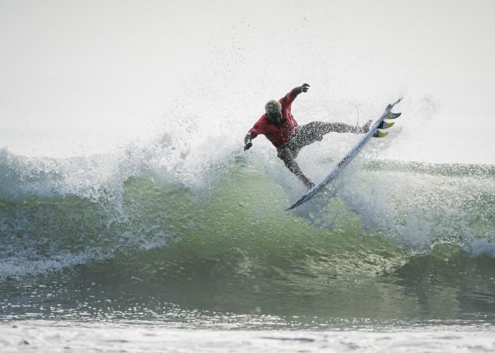 Italo Ferreira de Brasil aprovechó las condiciones limpias de la mañana para realizar una variedad de maniobras difíciles. Foto: ISA / Ben Reed