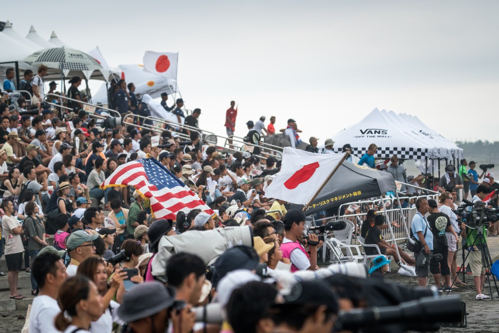 Rain or shine, the local Japanese fans have been showing up in the thousands on a daily basis, displaying the popularity of Surfing in Japan. Photo: ISA / Sean Evans