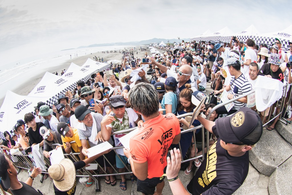 Japan's Kanoa Igarashi advanced into Main Event Round 3, much to the delight of the thousands of local fans in attendance. Photo: ISA / Pablo Jimenez