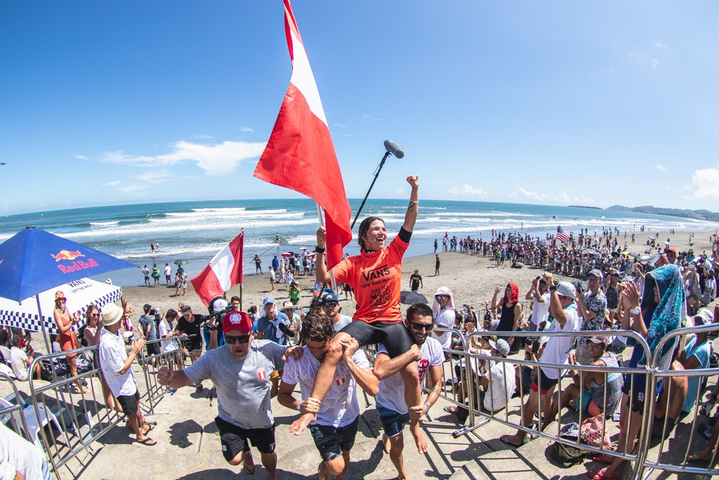 Peru's Sofia Mulanovich soaks in her second ISA World Surfing Games Gold Medal (2004, 2019). Photo: ISA / Pablo Jimenez