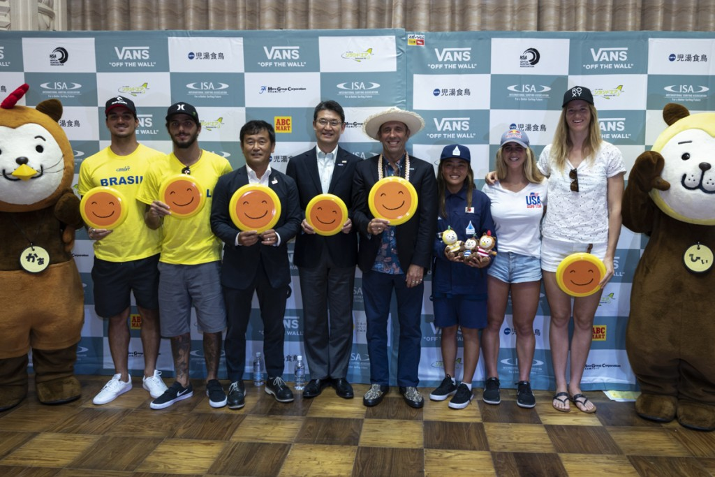 From left to right: Members of Team Brazil, Gabriel Medina and Filipe Toledo, NSA President Atsushi Sakai, Governor of Miyazaki Prefecture Shunji Kono, ISA President Fernando Aguerre, member of Team Japan Sara Wakita, member of Team USA Caroline Marks, and member of Team South Africa Bianca Buitendag. Photo: ISA / Ben Reed