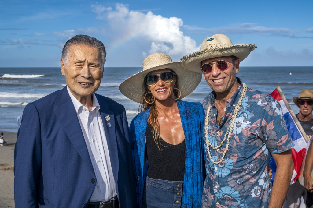 Tokyo 2020 President Yoshiro Mori enjoys the competition with ISA President Fernando Aguerre and Aguerre's wife Florencia Gomez Gerbi. Photo: ISA / Ben Reed
