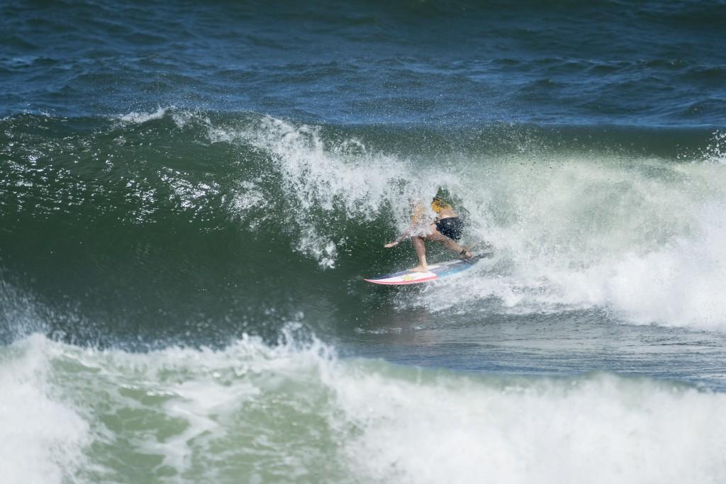 Courtney Conlogue (USA) encontrando un tubo en las condiciones cambiantes de beach break. Foto: ISA/Ben Reed