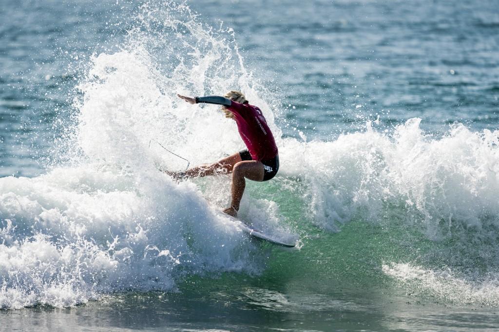 Gabriela Bryan en su ruta a ganar la segunda medalla de Oro del día para Hawaii. Foto: ISA / Ben Reed