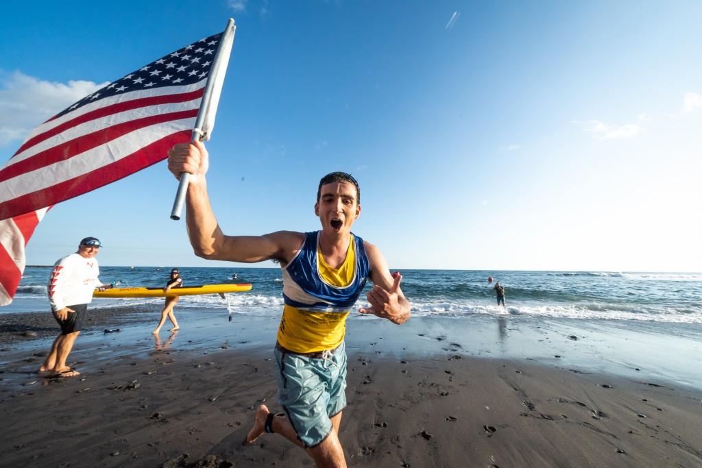 Hunter Pflueger de Estados Unidos se convierte en el primer atleta del evento en defender exitosamente una Medalla de Oro en la Carrera de Distancia Paddleboard Hombres. Foto: ISA / Sean Evans