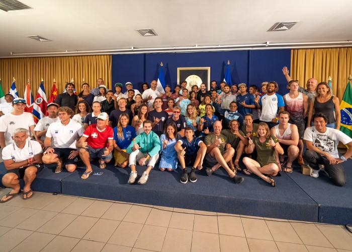 Presidente Bukele recibe a competidores de todas las delegaciones antes del Surf City El Salvador ISA World SUP and Paddleboard Championship. Foto: ISA / Sean Evans