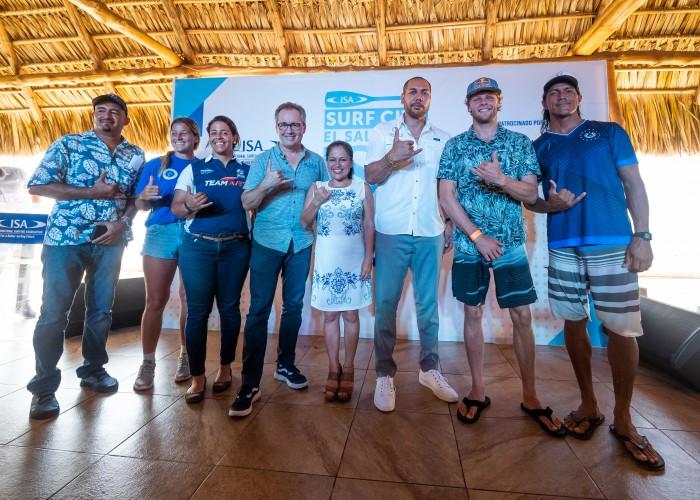 Conferencia de Prensa de izquierda a derecha: Presidente de la Asociación Salvadoreña de Surf, Jaime Delgado; Miembro del Equipo de Suecia, Sofie Simonsson;  Miembro del Equipo de El Salvador, Josselyn Alabi; Director Ejecutivo de la ISA, Robert Fasulo; Ministra de Turismo, Morena Valdez; Ministro de Deporte,Yamil Bukele; miembro del Equipo de Dinamarca Casper Steinfath; y el Miembro del Equipo de El Salvador, Alex Novoa. Foto: ISA / Sean Evans