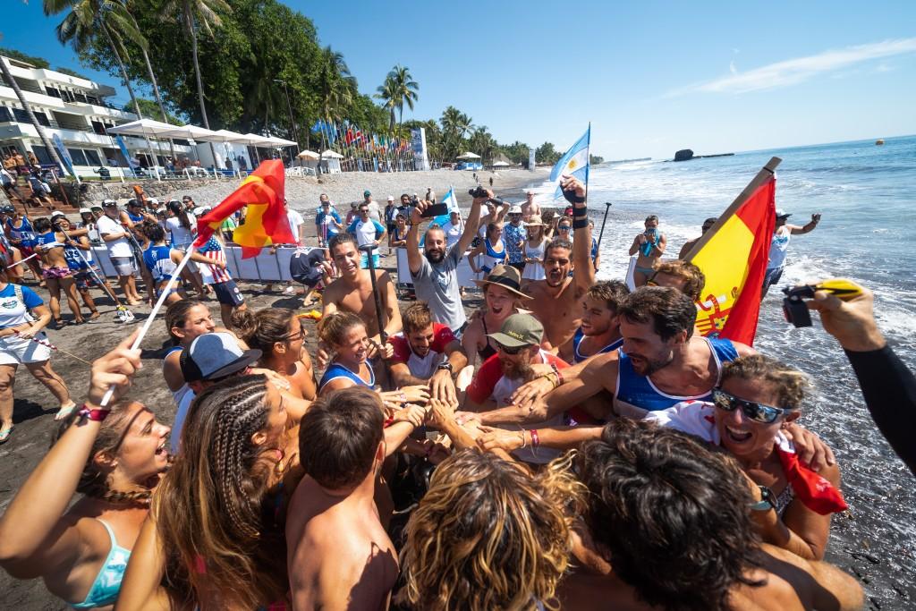 El equipo de España muestra su emoción al llevarse la medalla de Oro en el Relevos por Equipos. Foto: ISA / Sean Evans