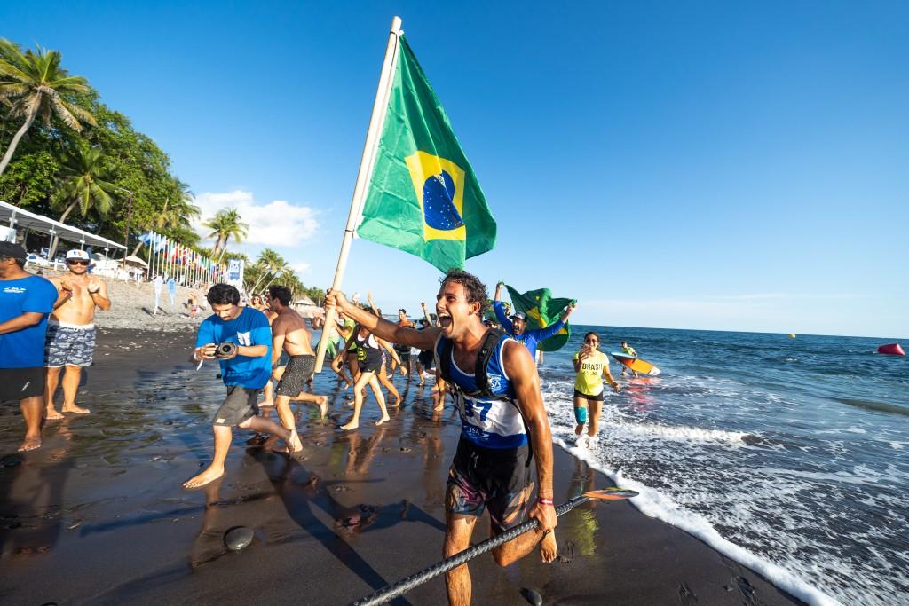 Vinnicius Martins de Brasil emocionado por ganar su primer Título Mundial SUP. Foto: ISA / Sean Evans