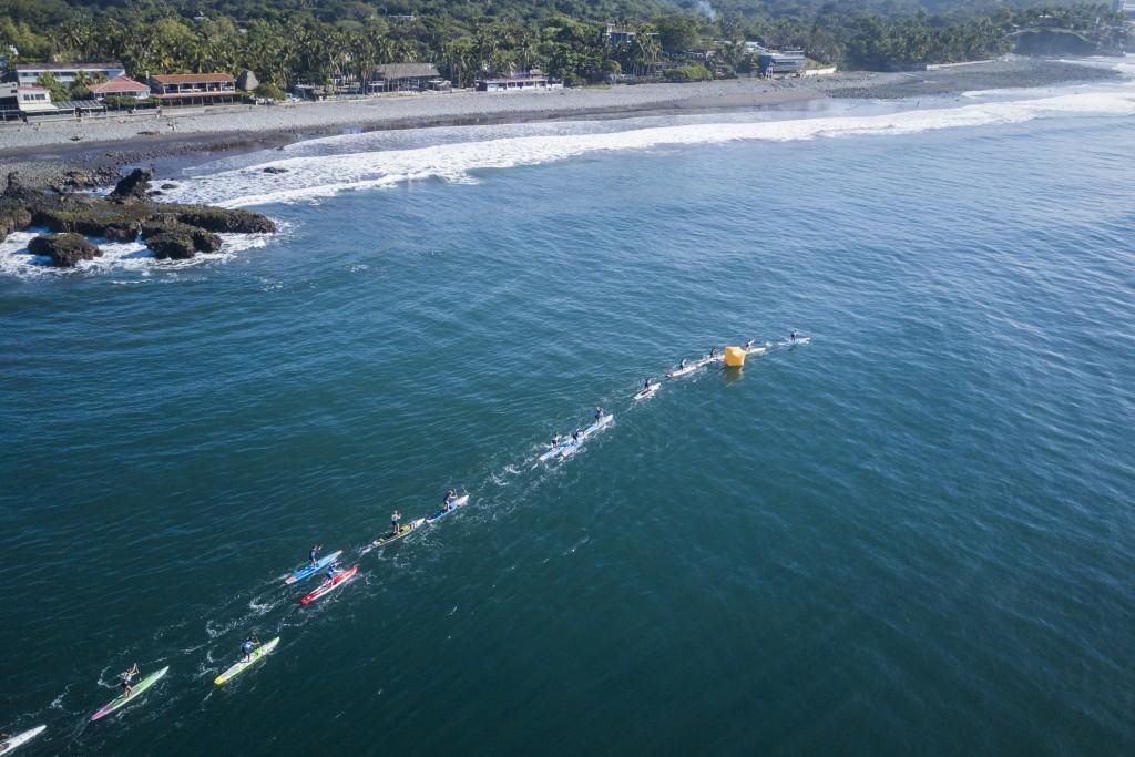 La Carrera de SUP Mujeres se realizó en la prístina costa de El Salvador. Foto ISA / Ben Reed.