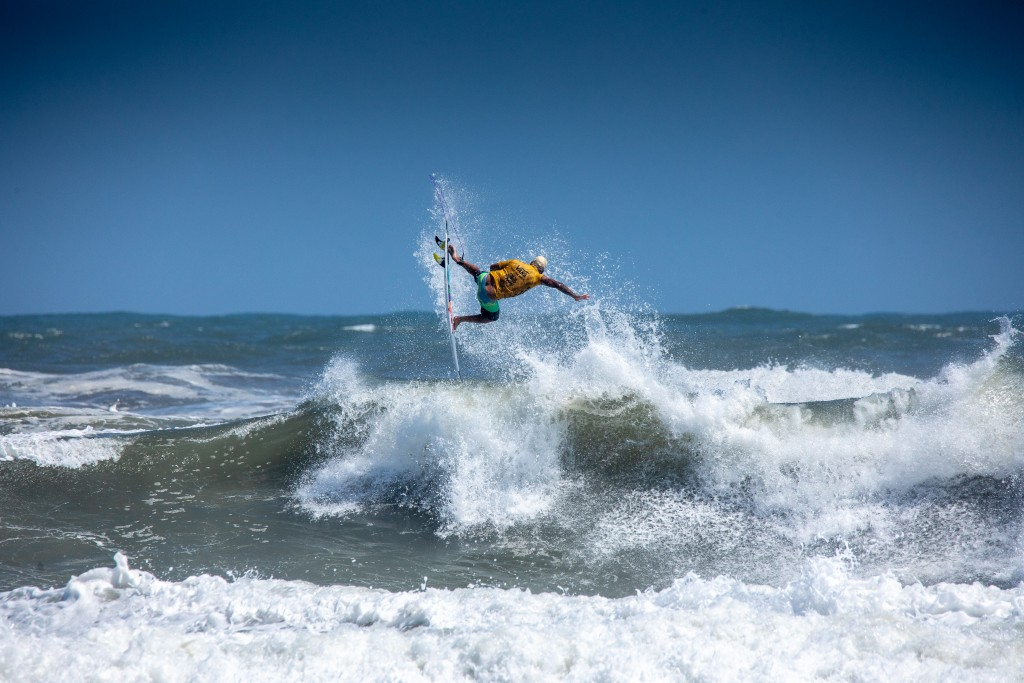 Brazil's Italo Ferreira earning an ISA Gold Medal in style. Photo: ISA / Pablo Jimenez