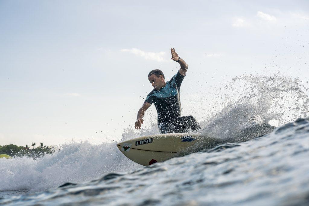 El surfista argelino Khaled Zirour se entrena en Indonesia.